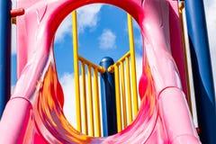Himmelsikt från rosa glidbana arkivfoton