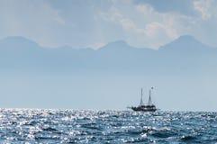 Himmelsikt med fartyget Royaltyfri Fotografi