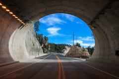 Himmelsikt ut ur tunnelen Arkivfoto