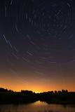 Himmelslinga i natthimlen med ljust meteor och flygplan Arkivbilder