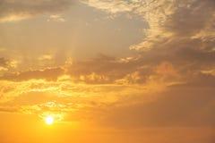 Himmelsolnedgången drömmer - soluppgång på molnig bakgrund Arkivfoto
