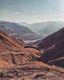 Himmelsommersonnenuntergangdorf-Gebirgsfluß Russlands Kaukasus Samur Hkem stockbilder