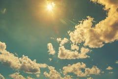 Himmelsonnenlicht und weiße Wolken mit Weinlese Lizenzfreies Stockfoto