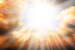 Himmelsreligionkonzept - sonnen Sie Strahlen und Himmel stockfotos