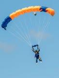 Himmeltauchtandemfallschirmspringer, die in Richtung zur Landung gleiten Stockbilder