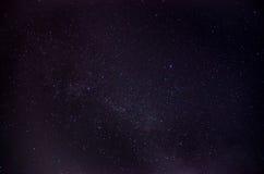 Himmelviel der dunklen Nacht von Sternen mit Lizenzfreie Stockfotos