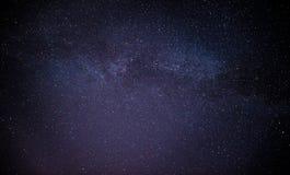 Himmelviel der dunklen Nacht von Sternen mit Stockbilder