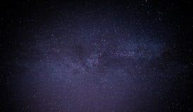 Himmelviel der dunklen Nacht von Sternen mit Stockbild