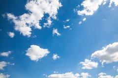 Himmelwolken, Himmel mit Wolken und Sonne Stockbild