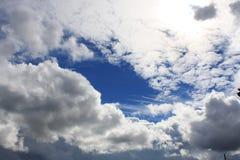 Himmelwolken mit halber Sonne Stockfotos