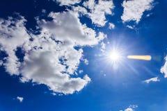 Himmelwolken, mit und Sonne Stockbild