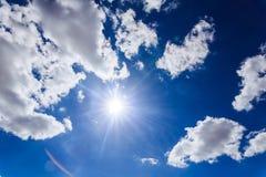 Himmelwolken, mit und Sonne Stockfoto