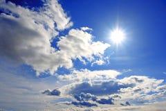 Himmelwolken und die Sonne Lizenzfreies Stockfoto