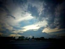 Himmelwolkensonnenuntergang mögen Delphin Stockbild