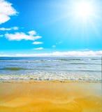 Himmlische Küste unter zarter Sonne Lizenzfreie Stockfotos