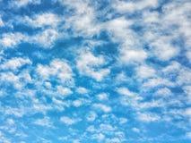 Himmlische Landschaft, Ansicht von unterhalb, ruhiger blauer bewölkter Himmel, Flugzeugflug Lizenzfreies Stockbild