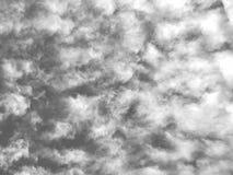Himmlische Landschaft, Ansicht von unterhalb, ruhiger blauer bewölkter Himmel, Flugzeugflug Stockbilder