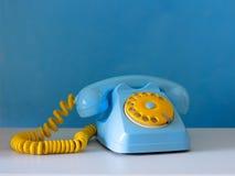Himmlisches und gelbes traditionelles Telefon Stockbild