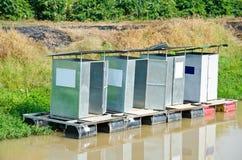 Hin- und Herbewegung der allgemeinen Toiletten. Stockbild