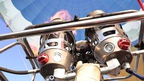 Hinche el festival y a los equipos operación y globo preparado Globo en el cielo azul Globo en el cielo almacen de video