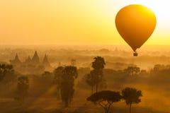 Hinche sobre el llano de Bagan por mañana brumosa, Myanmar foto de archivo