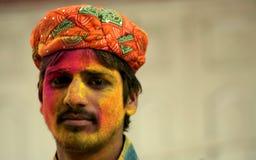 Hindúes indios celebran Holi o el festival hindú indio de colores un evento anual Imagen de archivo
