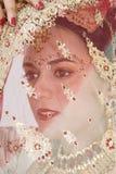 Hindi-Braut unter dem Schleier lizenzfreie stockfotografie