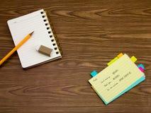 Hindi; Lernen von neuen Sprachschreibens-Wörtern auf dem Notizbuch Stockfoto