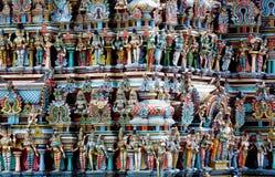 Hindische bunte Gottstatuen auf einem gopuram in Indien Stockfotografie
