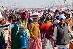 Hindische eifrige Anhänger und Pilger auf dem Weg zu Festival Kumh Mela Lizenzfreies Stockfoto