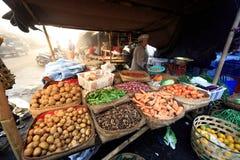 Hindische Frau des Balinese verkauft frisches lokales Erzeugnis an ihrem Verkäufer für sehr kleines Geld lizenzfreies stockfoto