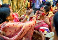 Hindische Frauen, die Devi-durga feiern stockbilder