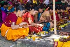 Hindische Frauen, die ein Ritualangebot machen lizenzfreies stockfoto