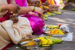 Hindische Frauen, die ein Ritualangebot machen stockfotografie
