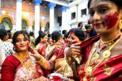 Hindische Frauen mit rotem Pulver auf Gesichtern stockbilder