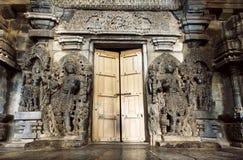 Hindische Götter an der Einstiegstür zur Trachtenmode entsteinen Hoysaleswara-Tempel, des 12. Jahrhundertsstruktur, Indien Lizenzfreies Stockbild