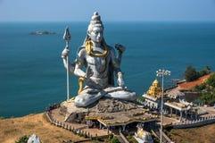 Hindische Gottstatue, Skulptur Lords Shiva, die in der Meditation Indien, 2011 sitzt Stockfoto