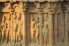 Hindische Skulpturkunst auf den Wänden von Höhlen, Mahabalipuram, Indien Stockbild