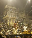 Hindische Zeremonie auf dem Ghats nachts stockfoto