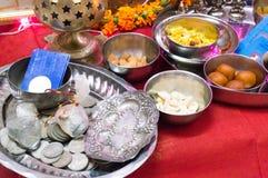 Hindische Zeremonie mit Bonbons, Münzen, Gott, Silber Wortshipping Lizenzfreie Stockfotos