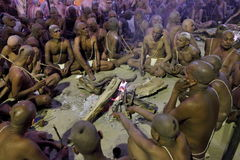 Hindischer eifriger Anhänger kommt zum Zusammenströmen vom Ganges und von Yamuna-Fluss für das Ritualbaden Lizenzfreies Stockfoto