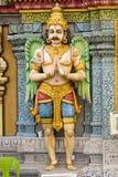 Hindischer Mann, der Gott-Statue schaut stockfotos