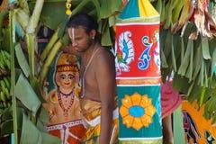 Hindischer Priester, der auf verziertem Kampfwagen während des Festivals, Ahobilam, Indien steht Lizenzfreie Stockbilder