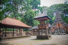 Hindischer Tempel des Balinese mit goldenen Türen und Affe guars Skulpturen Lizenzfreie Stockfotos