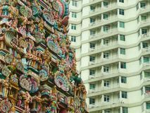 Hindischer Tempel kontrastierte durch modernes Gebäude in Kuala Lumpur, Malaysia stockfotos