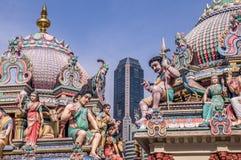 Hindischer Tempel in Singapur mit Wolkenkratzer stockbild