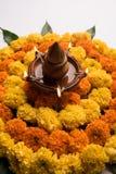 Hindisches Festivaldekoration Blume rangoli unter Verwendung der Ringelblume und Mango treiben Blätter stockfotografie
