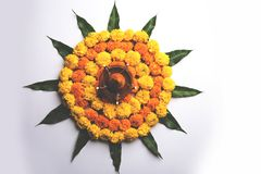 Hindisches Festivaldekoration Blume rangoli unter Verwendung der Ringelblume und Mango treiben Blätter stockbild