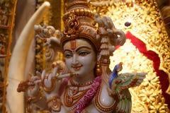 Hindisches Gott krishna, das eine Flöte spielt Lizenzfreie Stockbilder