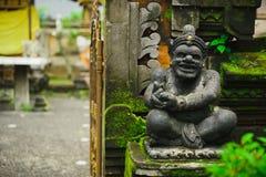 Hindisches Idol der Gottheitssteinstatue, die am Eingang des Hauses sitzt Lizenzfreies Stockfoto